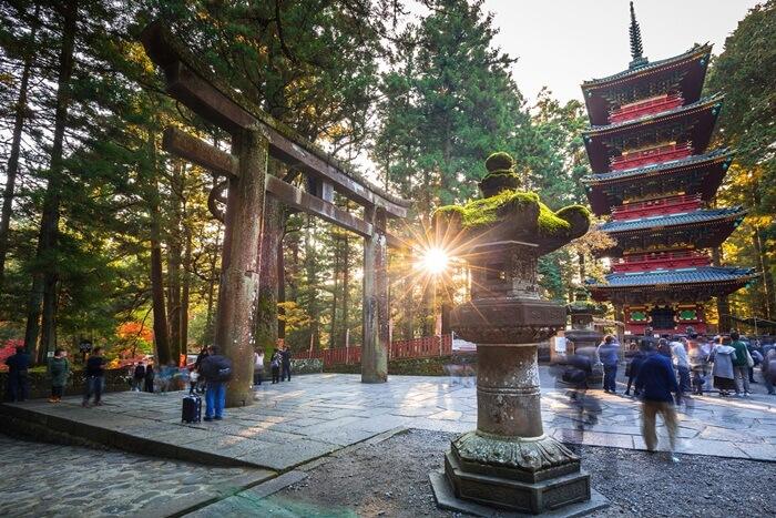 Di tempat wisata di Jepang ini terdapat banyak Kuil dan tempat-tempat suci dengan gerbang vermillion dan lentera batu yang tertutup lumut tersebar di lereng bukit berhutan.