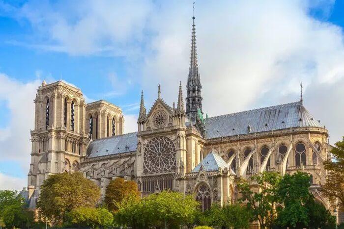. Katedral tempat wisata di Paris ini merupakan Gereja Katedral Katolik Roma di jantung ibukota Perancis.