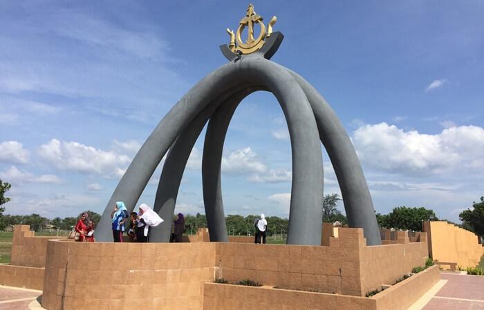 Monumen Tempat Wisata di Brunei Darussalam ini diresmikanoleh Sultan Haji Hassanal Bolkiah Mu'izzaddin Waddaulah, Sultan dan Yang Di-Pertuan Negara Brunei Darussalam pada 18 Juli 1991.