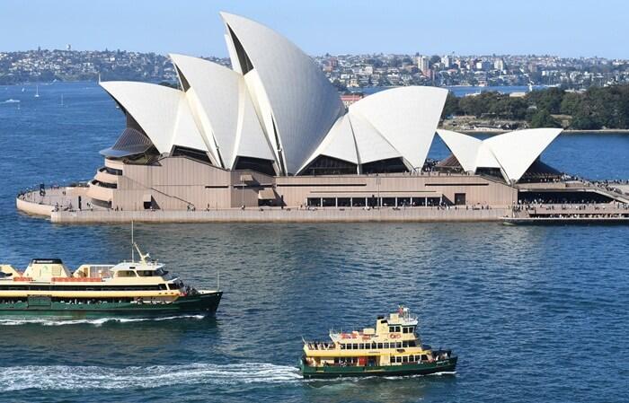 Eksterior tempat wisata di Australia ini dibuat dari inspirasi cangkang kerang. Gedung sengaja diletakkan di atas permukaan air dengan bantuan fondasi beton khusus.
