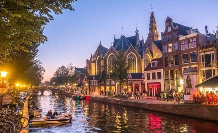 Tempat wisata di Amsterdam ini terletak di jantung Red Light District. Lantai De Oude Kerk seluruhnya terdiri dari batu nisan, di antaranya adalah istri Rembrandt.