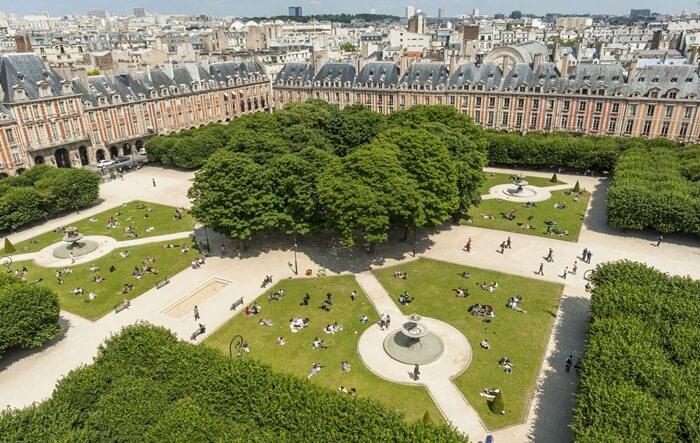 "Place des Vosges atau ""Place Royale"" adalah alun-alun tertua di kota Paris"