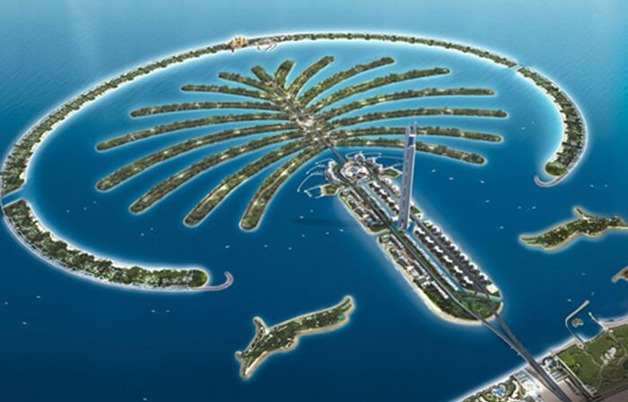 The Palm Jumeirah merupakan pulau buatan tempat wisata di Dubai yang berbentuk pohon palem dengan cakupan sebuah batang, sebuah mahkota dengan 17 daun,