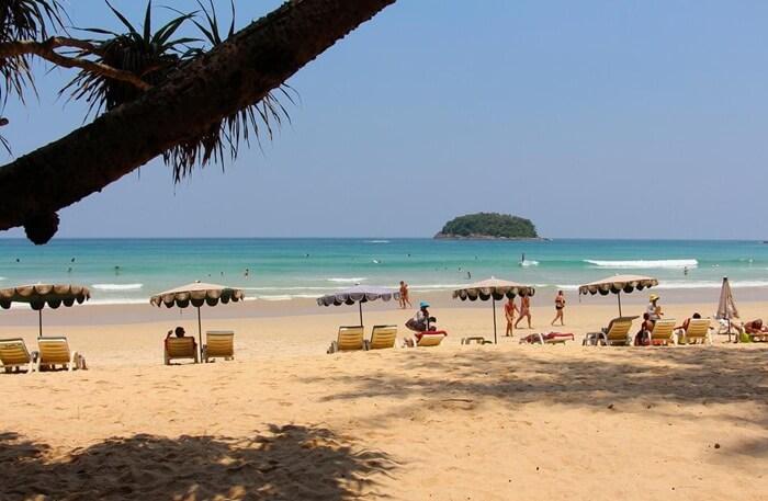 tempat wisata di phuket untuk pengunjunng yang menginginkan pantai indah namun relatif sepi dan jauh dari glamor hura hura dunia malam