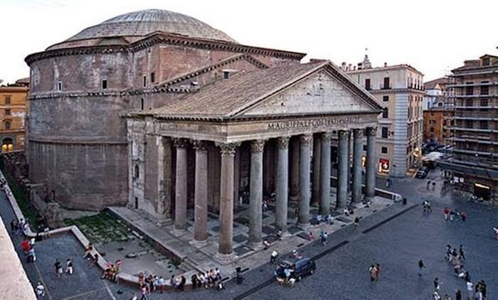 Pantheon adalah tempat wisata di Italia yang dibangun pada tahun 27 Sebelum Masehi (SM) sebagai kuil besar di pusat kota Roma.
