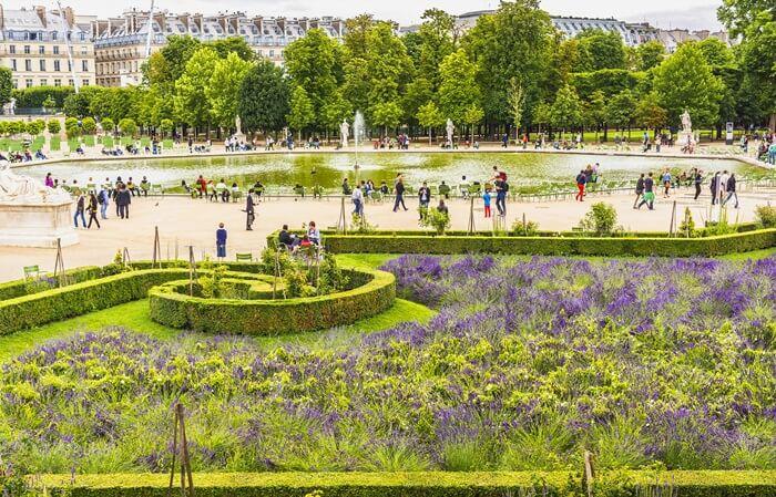 Taman Tuileries adalah taman tempat wisata di Paris umum yang terletak di antara Louvre dan Place de la Concorde