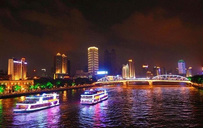 Cara terbaik menikmati keindahan tempat wisata di Guangzhou ini adalah dengan naik kapal yang mengarungi perairan sungai .
