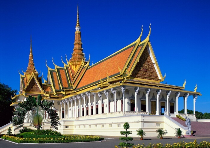 Sebelah selatan tempat wisata di kamboja ini terdapat Pusaka Kerajaan, sebuah paviliun yang menampung barang kenangan kerajaan dan artefak, mulai mahkota penobatan hingga berbagai barang milik raja.