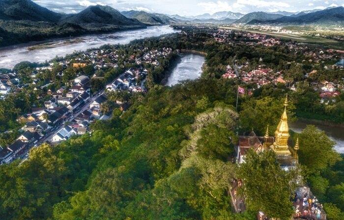 Di kota Luang Prabang terletak adalah sebuah bukit kecil, tingginya hanya 100 meter. Itulah tempat wisata di Laos yang bernama Phou Si