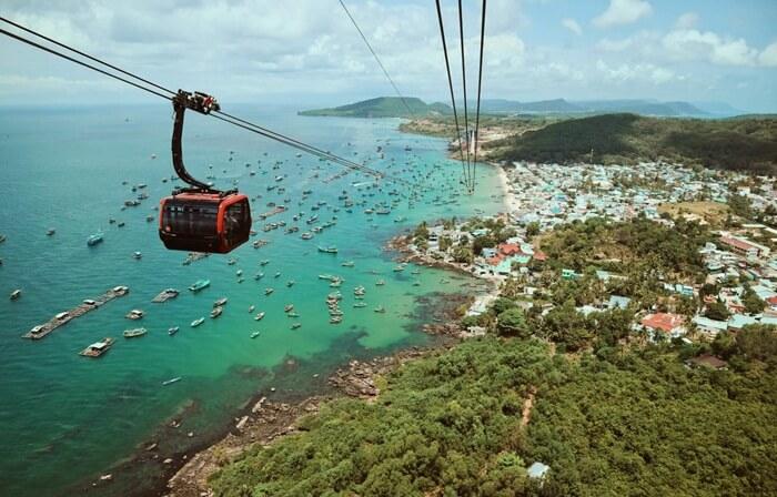 """tempat wisata di Vietnam Phu Quoac Island disebut juga """" Emerald Island """"  karena memiliki gugusan pulau yang cantik dengan panorama yang indah serta lokasi di tengah laut yang membari daya tarik tersendiri terhadap pulau ini."""