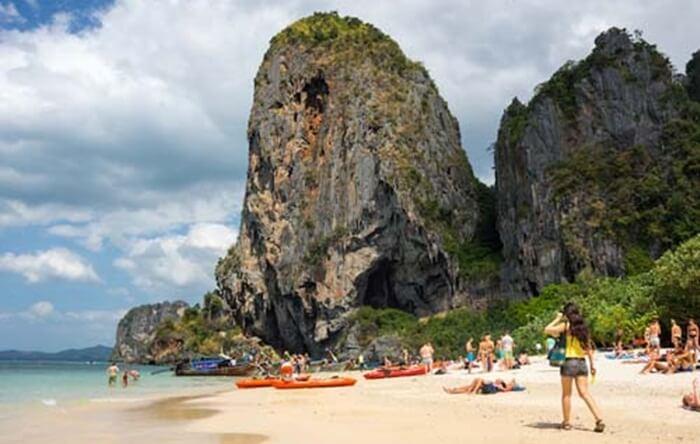tempat wisata di thailand Pantai ini menawarkan keindahan alam yang sangat eksotis