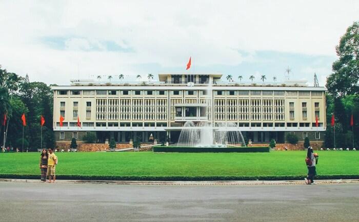Bangunan tempat wisata di Ho Chi Inh ini juga merupakan salah satu peninggalan sejarah yang menjadi saksi bisu bersatu Vietnam, yaitu antara Vietnam Utara dan Vietnam Selatan