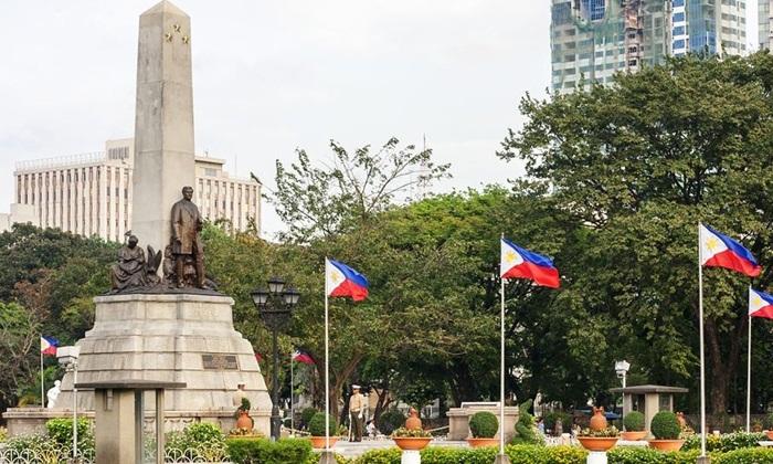Rizal Park menjadi tempat wisata di Manila favorit, karena ada banyak hal menarik yang bisa kita lihat di Rizal Park ini, yang pertama adalah Monumen Jose Rizal.