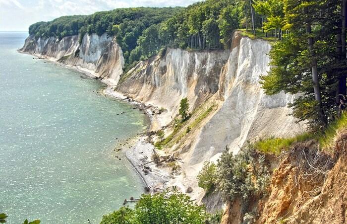 Karena terletak di pulau Rugen, dalam bahasa Inggris tempat wisata di Jerman ini familiar disebut Rugen Cliffs.