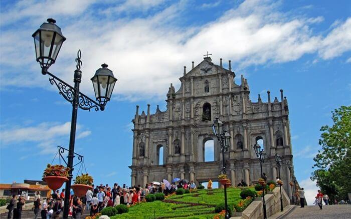 tempat wisata di Macau ini aslinya dibangun dengan batu putih dan memiliki atap dengan kubah besar.