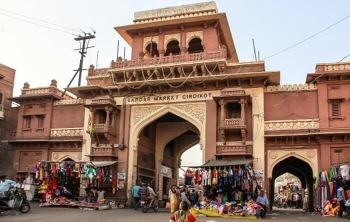 Ada banyak perhiasan perak dan buatan yang dihiasi dengan batu semi mulia yang tersedia di tempat wisata di India satu ini
