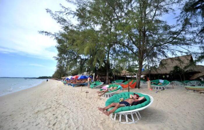 Dengan panjang sampai 5km, pantai berpasir putih dengan ombak yang sangat tenang ini sangat cocok buat berenang atau sekedar leyeh-leyeh di pinggir pantai.