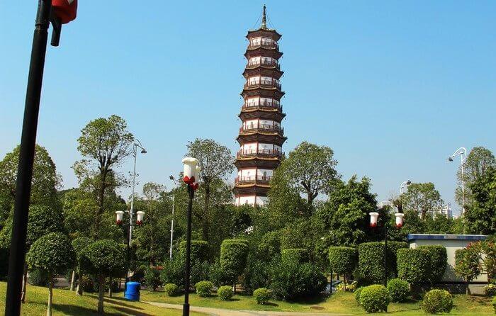""". Kuil tempat wisata di Guangzhou ini awalnya disebut dengan kuil Baozhuangyan. Tetapi sastrawan Shi Su menyebut kuil ini dengan nama """"Liu Rong"""" yang artinya Six Banyan Trees."""