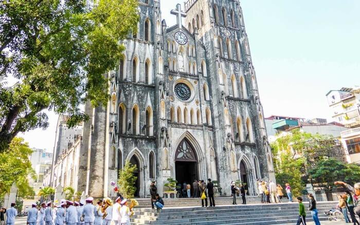 Katedral St Joseph telah menjdi ikon kota sekaligus tempat wisata di Vietnam yang populer sejak lama