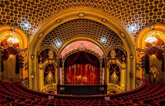 Tempat wisata di Sydney ini lengkap dengan pilar keemasan bernuansa Gothic dengan paduan Art deco dan kursi berludru merah.