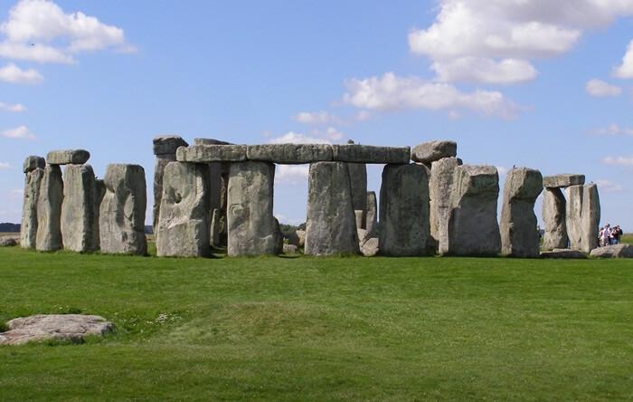 Monumen tempat wisata di Inggris ini diselaraskan timur laut - barat daya dengn fokus pada titik balik matahari dan equinox.