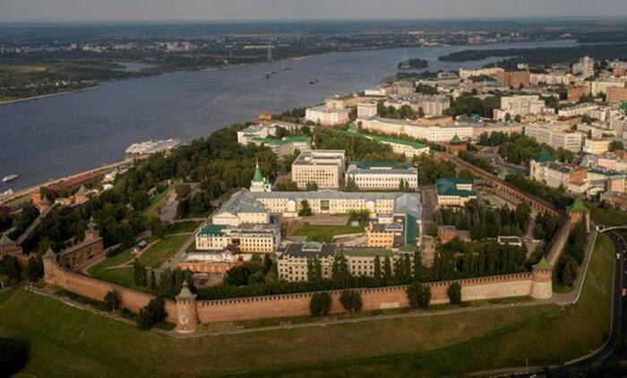 "Sungai tempat wisata di Rusia ini memiliki sejarah yang kaya. Sungai Volkhov, juga dikenal sebagai jalur ""dari Varangia ke Yunani, "" mengalir melewati kota tua Nizhny Novgorod"