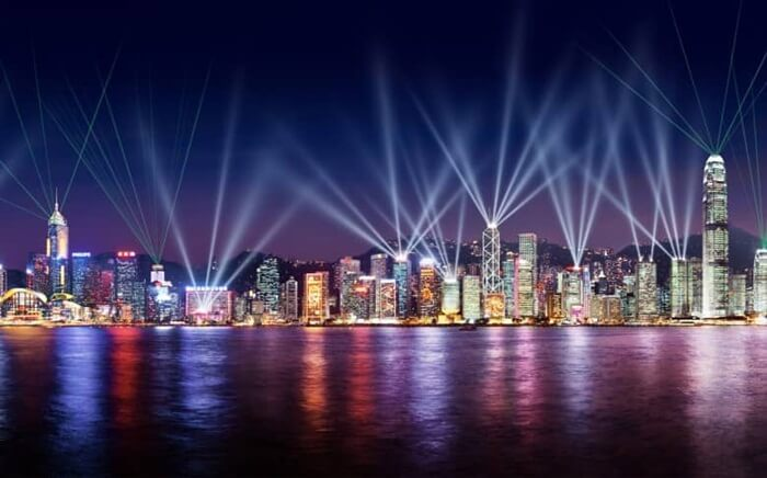 Tempat wisata di Hongkong yang terbaik untuk melihat pertunjukan Symphony of Lights adalah dari Victoria Harbor di pulau Hongkong