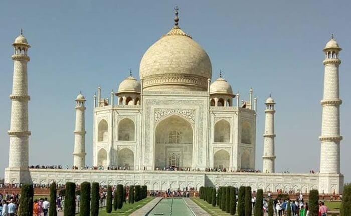 Keindahan tempat wisata di India ini terlihat dari arsitektur bumbung, kubah, dan menara yang terbuat dari marmer putih. Lalu juga ada kira-kira sebanyak 43 jenis batu.