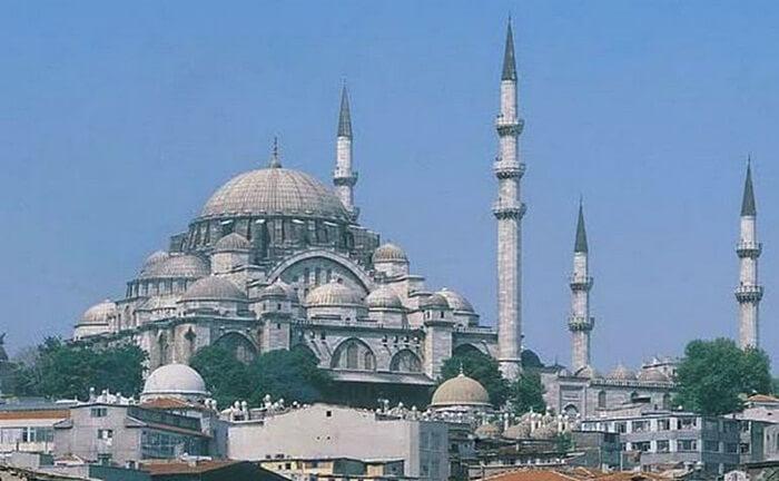 Bangunan tempat wisata di Istanbul ini berdiri tinggi, dengan menara yang ramping, kubah besar yang juga didukung oleh setengah kubah dalam gaya gereja Bizantium Hagia Sophia.