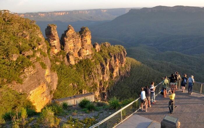 Salah satu cara menikmati taman tempat wisata di Australia ini adalah dengan berjalan kaki di dasar lembah.