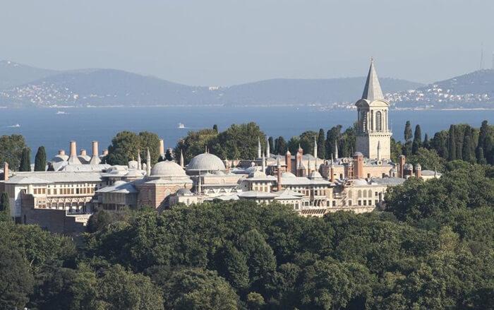 Istana Topkapi adalah salah satu tempat wisata di Turki yang sangat menarik. Karena disini kita bisa melihat secara langsung tongkat Nabi Musa As, dan beberapa barang peninggalan Baginda Rasulullah SAW.