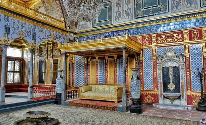Istana Topkapi dengan Sayap Harem-nya jelas merupakan salah satu tempat wisata di Istanbul yang tidak bisa dilewatkan