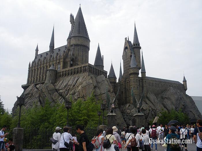 tempat wsiata di Osaka berupa taman hiburan ini menawarkan banyak wahana, salah satunya World of Harry Potter