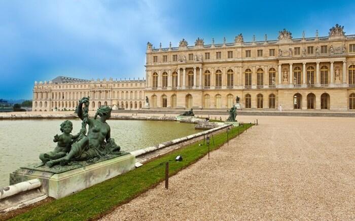 Istana ini memiliki 700 kamar, jendela 2.153, 68 tangga dan taman indah seluas 2000 hektar. Saat ini istana Versailles menjadi tempat wisata di Perancis yang utama