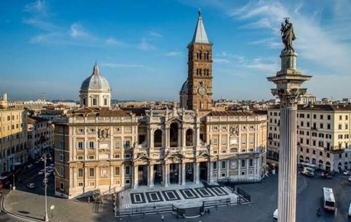 . Gereja tempat wisata di Italia ini memiliki dua pintu masuk yang dapat di akses dari kawasan Piazza Duomo dan Via Arena di Città Alta.