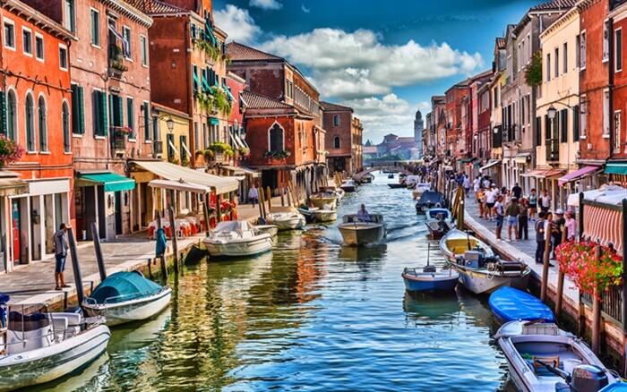 Kota Venice yang terkenal sebagai the city of water atau kota terapung menggunakan perahu sebagai transportasi utama warganya.