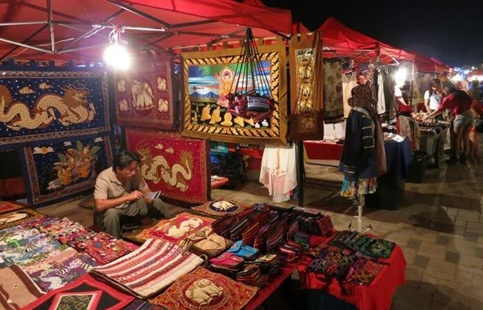 Night Market di Vientiane terletak dekat sungai Mekong. Ada baiknya datang di kala senja sambil menikmati matahari terbenam di tepian sungai Mekong.