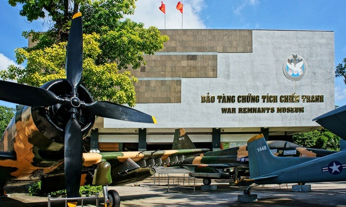barang-barang yang dipamerkan di museum tempat wisata di Ho Chi Minh ini, antara lain perlengkapan perang Amerika (jet, helikopter, tank),