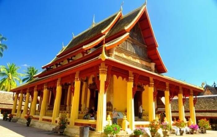 Kuil tempat wisata di Laos ini juga memiliki arsitektur dan tata letak yang indah, dengan sejarah yang berasal dari tahun 1818