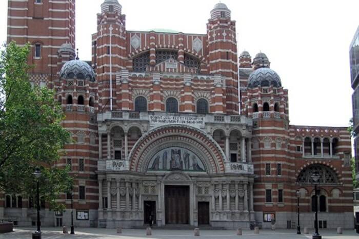 Bangunan tempat wisata di Inggris ini menampilkan gaya gothik yang sangat kental. Katedral Westminster memiliki apsis bundar dengan kapel pancar, jendela mawar, dan butres  yang berada di tengah ruangan.