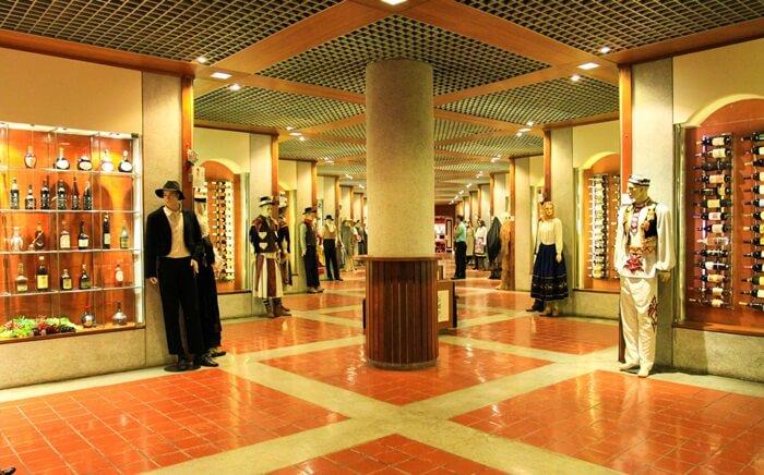 Museum  tempat wisata di macau ini menampung koleksi lebih dari 1.115 merek anggur yang terdiri dari 756 anggur komersil dan 359 anggur yang menjadi koleksi para kolektor.