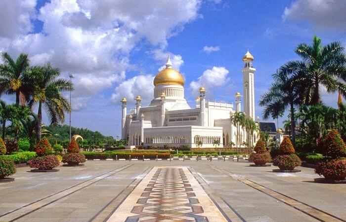 Tempat wisata di Brunei Darusalam di dominasi oleh wisata religi dan tinggalan sejarah.