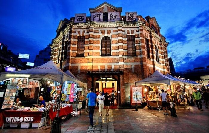 Menyusuri kawasan tempat wisata di Taiwan yang penuh warna membuat pengunjung tak terasa jika malam semakin larut.