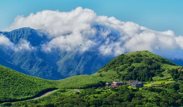 taman nasional tempat wisata di Taiwan ini mempunyai banyak tempat yang bisa dikunjungi. Yangmingshan Park terkenal akan kebun Sakura, pemandian air panas, fumarol dan trek hiking.