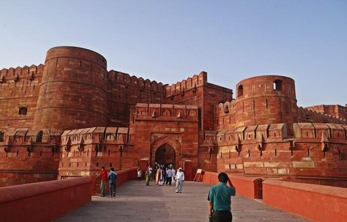 pengunjung bisa menikmati keindahan istana, paviliun, balkon, lapangan, patung-patung, dan mesjid yang berada di dalam benteng tempat wisata di India ini.