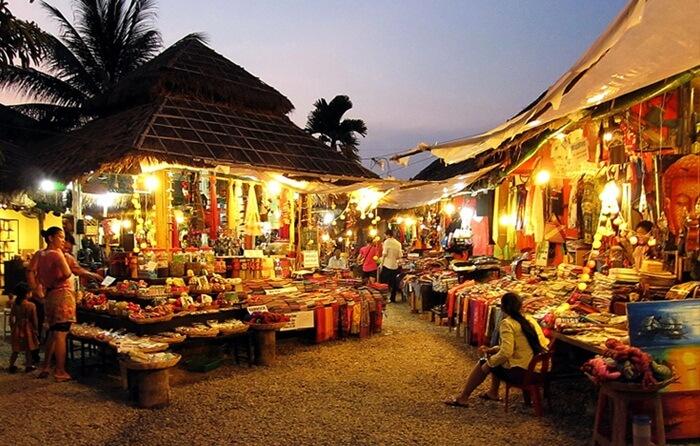 Tempat wisata di Kamboja ini juga dekat dengan spot favorit pengunjung, yaitu Pub street dimana banyak berderet bar-bar dan juga restoran.