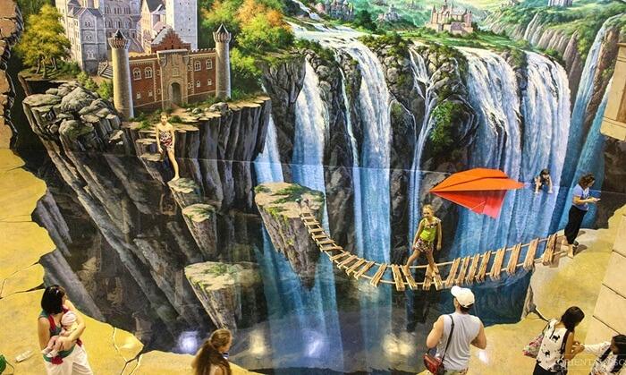Gambar di tempat wisata di Pattaya ini dibuat oleh seniman yang bisa menghadirkan efek gambar 3D dalam ruangan