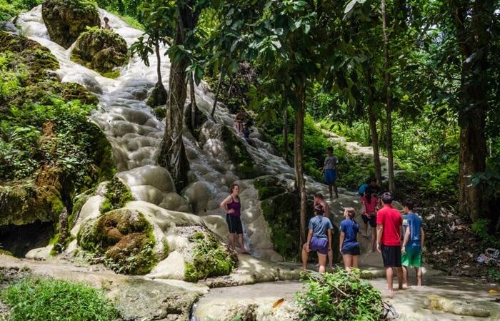Air Terjun Bua Thong adalah pemandangan yang mengesankan. di tempat wisata di Chiang Mai ini Batuan berwarna krem dan bulat, hampir bulat sempurna, dan sangat kontras dengan hutan hijau gelap