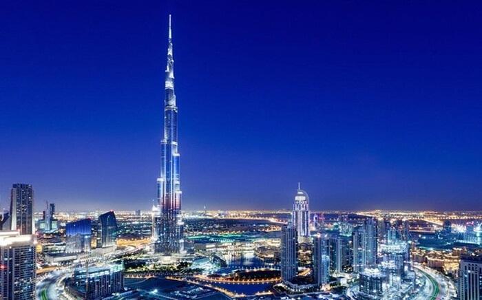 Tempat wisata di Dubai paling menonjol mungkin adalah Burj of Khalifa. Bangunan setinggi 163 lantai dan memiliki tinggi 828 meter ini telah menjadi ikon dari Dubai dan Uni Emirat Arab.
