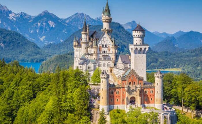 bertetangga dengan danau Alp atau Alpsee. Kastil tempat wisata di Jerman ini persis seperti di cerita dongeng.